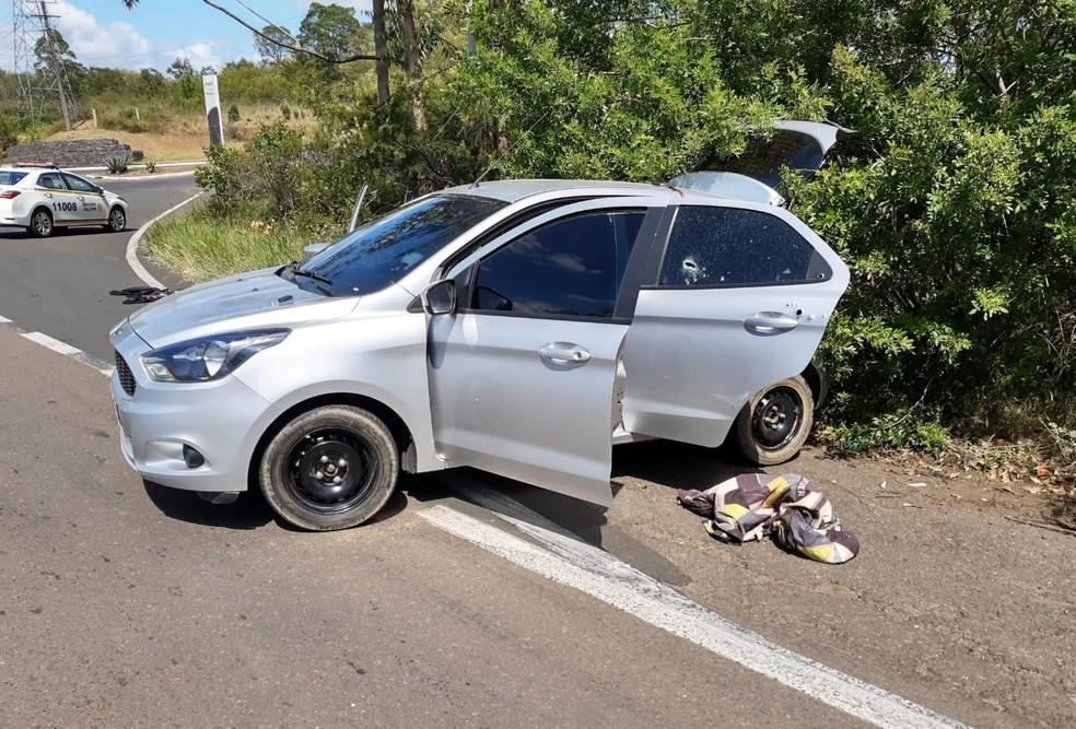 Dois homens são mortos pela polícia após perseguição da polícia na ERS-124 — Foto: 5º BPM / Divulgação