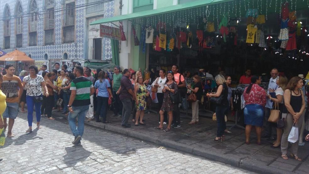 Funcionários da SEDUC evacuaram o prédio após sentirem um abalo sísmico, em 2017 — Foto: João Ricardo / G1
