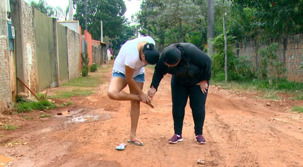 Infestação de bicho de pé incomoda os moradores de distrito de São Carlos (Foto: Wilson Aiello/EPTV)