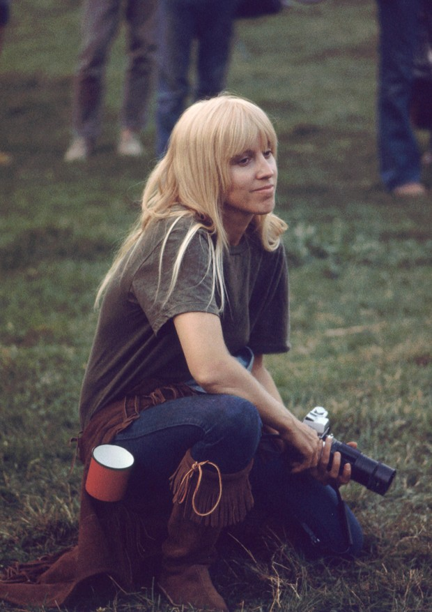 A female photographer sits with camera at the ready while attending the Woodstock Music Festival, Bethel, NY, August 1969. (Photo by Ralph Ackerman/Getty Images) (Foto: Getty Images)
