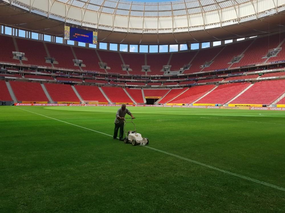 Gramado do Mané Garrincha recebe os últimos retoques para final da Supercopa do Brasil