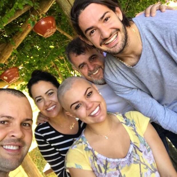 Gisele Rodrigues e Alexandre Pato entre familiares (Foto: Reprodução/Instagram)