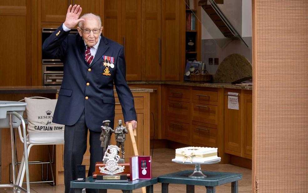 O capitão do Exército britânico Tom Moore posa com medalhas e lembranças que ganhou em seu centésimo aniversário, em Bedford, na Inglaterra, em foto de 29 de abril de 2020 — Foto: Ministério da Defesa britânico via Reuters
