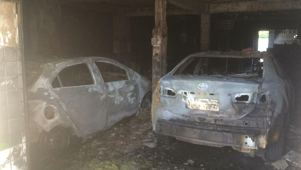 Incêndio atingiu dois carros em Mossoró (Foto: Hugo Andrade/InterTV Costa Branca)