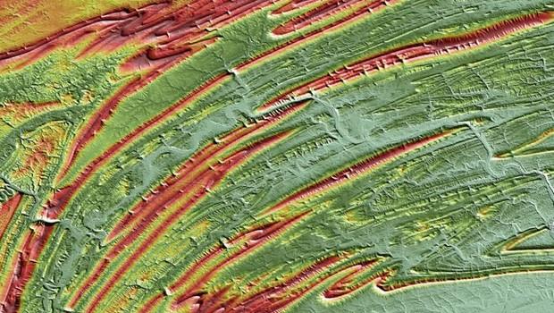 Tibet, na cordilheira dos Himalaias. As cores do mapa representam as elevações: vermelho (mais alto) e azul (mais baixo) (Foto: DLR)