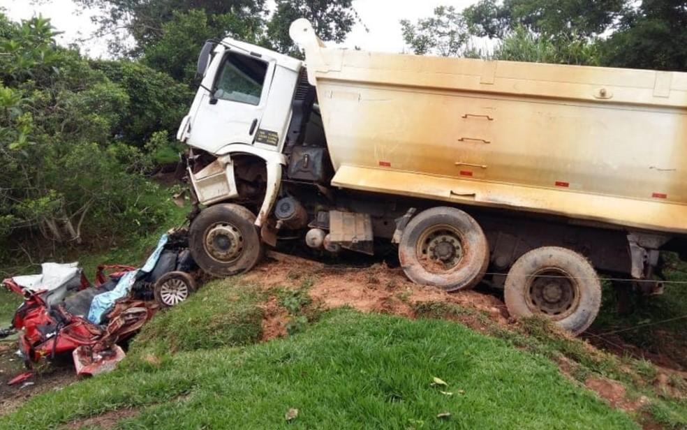 Carro ficou totalmente destruído após colisão, em Corumbaíba, Goiás — Foto: Corpo de Bombeiros/Divulgação