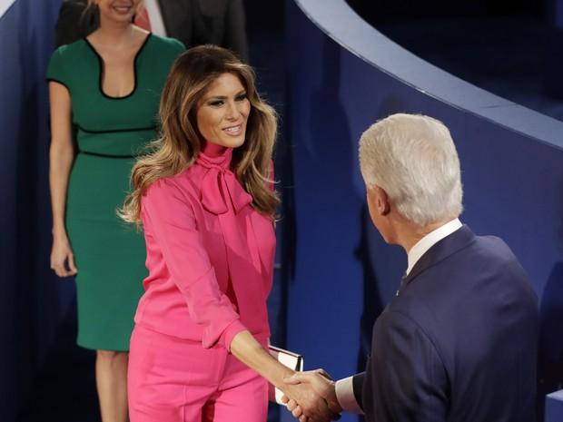 Melania Trump cumprimenta Bill Clinton antes do 2º debate entre candidatos à presidência dos EUA (Foto: Patrick Semansky/AP Photo)