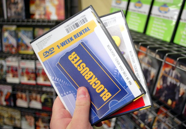 PORTLAND, OR - NOVEMBER 11: A Customer holds DVD's at a Blockbuster Video store on November 11, 2004 in Wilsonville, Oregon. Blockbuster Inc., offered to buy Hollywood Video today at a price of about $1 billion. (Photo by Craig Mitchelldyer/Getty Images) (Foto: Craig Mitchelldyer/Getty Images)