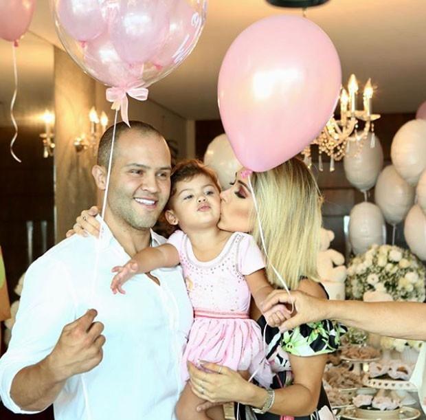 Bella Falconi com marido e filha (Foto: Reprodução)