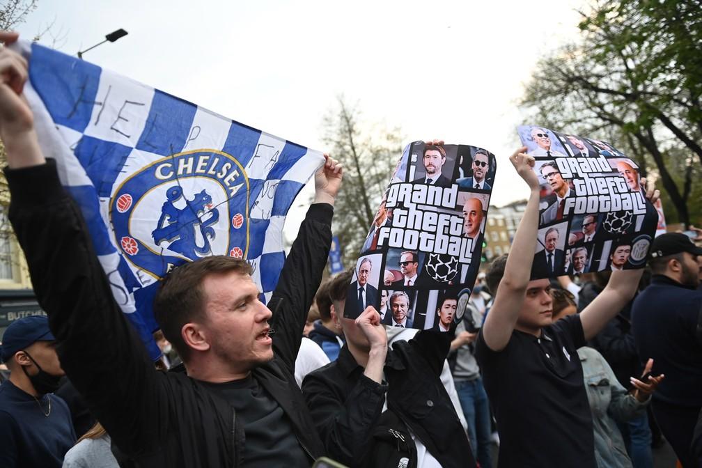 Torcedores do Chelsea protestaram nesta terça-feira na porta do Stamford Bridge — Foto: EFE