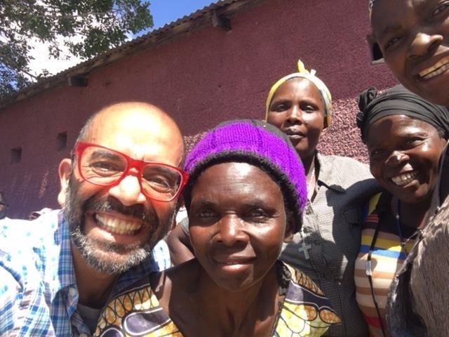 Ashish Gadnis, CEO do BanQu, junto com população carente do Congo (Foto: Arquivo Pessoal)