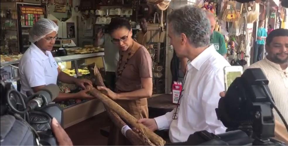 A candidata Marina Silva conversa com comerciantes durante ato de campanha em mercado de Taguatinga (DF) — Foto: Hamanda Viana/G1