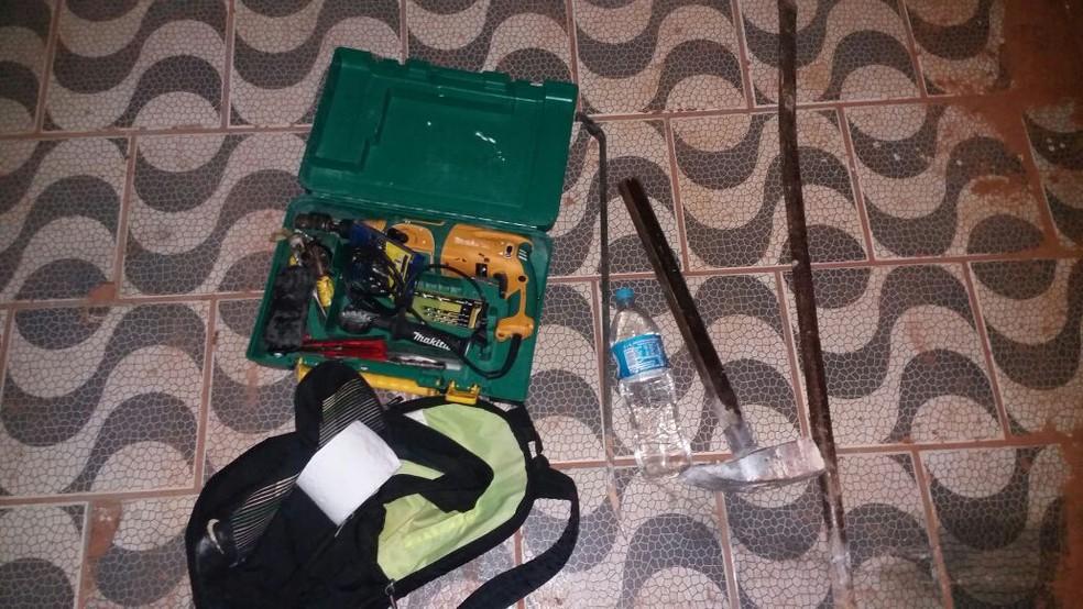 Bandidos abandonaram ferramentas no local, em Osvaldo Cruz (Foto: Cedida/Polícia Militar)