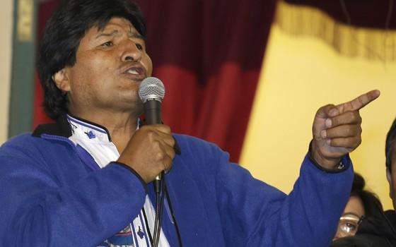 Presidente reeleito da Bolícia, Evo Morales fala a seus apoiadores na noite de domingo (12) em La Paz (Foto: AP Photo/Martin Mejia)