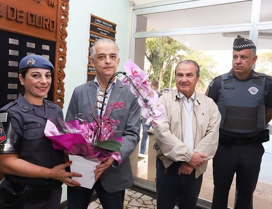 Ao estilo fanfarrão, o governador de São Paulo, Márcio França (PSB), entregou flores à policial e tentou pegar carona na eficiência alheia (Foto: GOVERNO DO ESTADO DE SÃO PAULO/DIVULGAÇÃO)