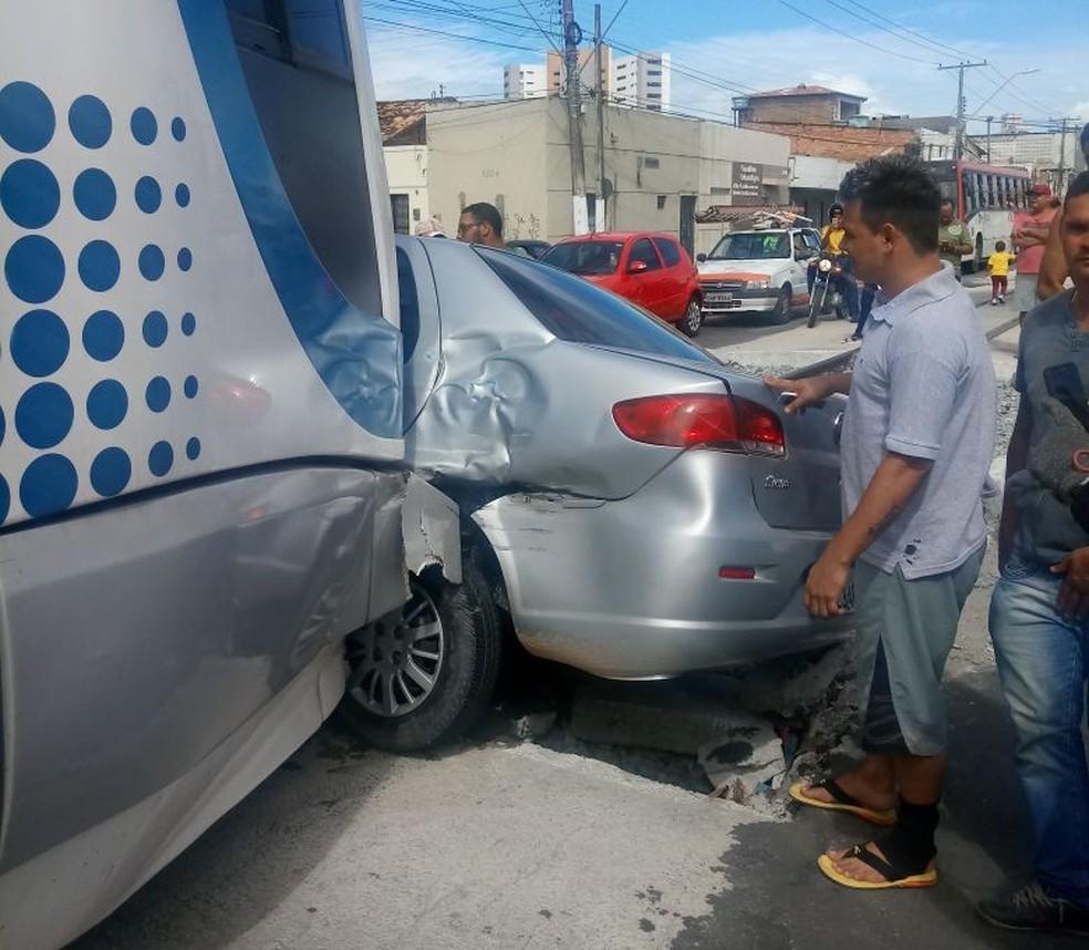 Colisão atingiu parte lateral do carro onde está o motorista (Foto: Ibne Pontual/Arquivo Pessoal)