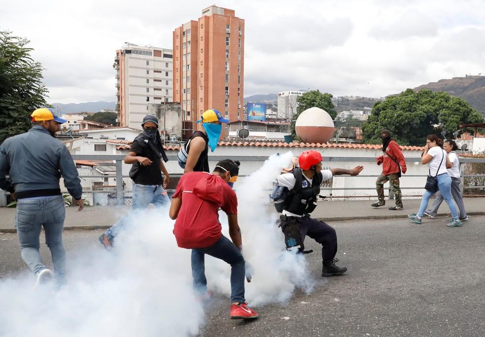 Manifestantes contrários ao governo de Nicolás Maduro reagem ao lançamento de bomba de gás lacrimogêneo em Caracas, em imagem de arquivo — Foto: Manaure Quintero/ Reuters