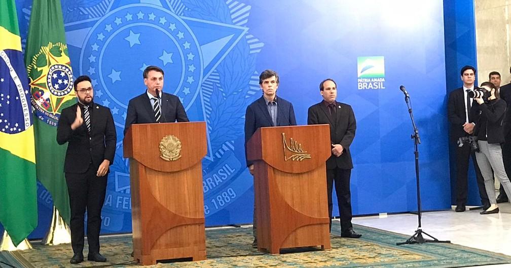 O presidente Jair Bolsonaro e o novo ministro da Saúde, Nelson Teich, durante pronunciamento no Palácio do Planalto nesta quinta (16) — Foto: Guilherme Mazui/G1