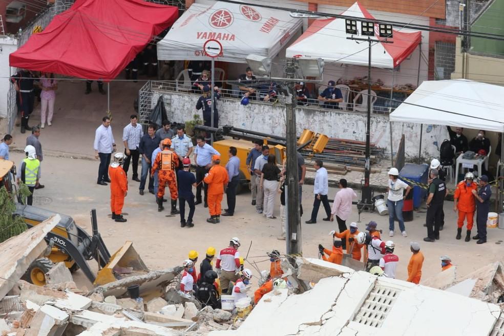 Bombeiros entram no terceiro dia de resgate de pessoas desaparecidas sob escombros de prédio desabado em Fortaleza — Foto: José Leomar/SVM
