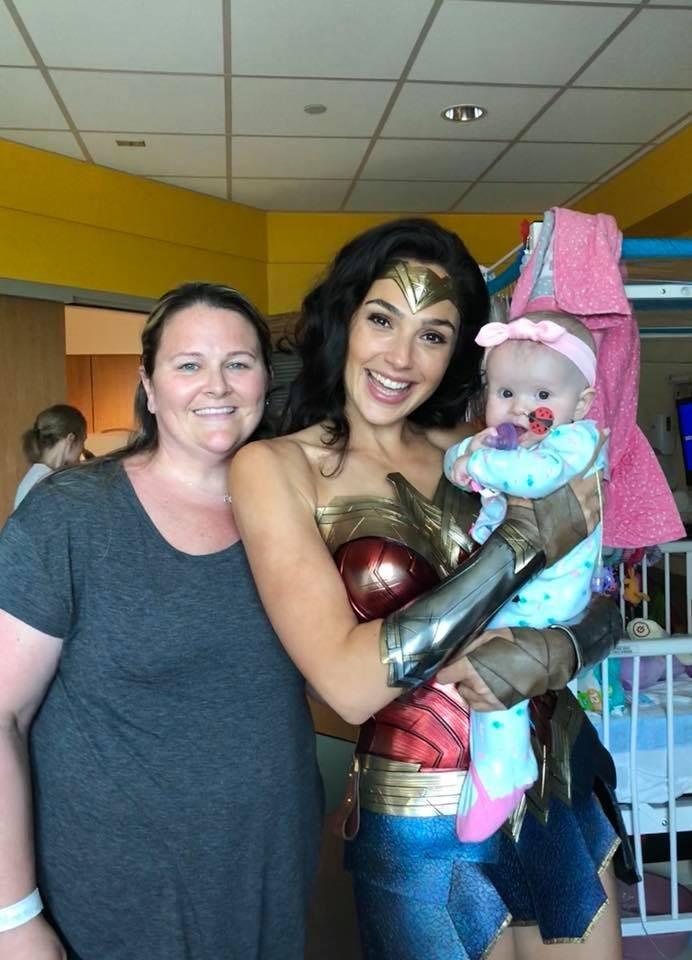Atriz com uma das crianças atendidas no hospital  (Foto: Reprodução/Facebook)