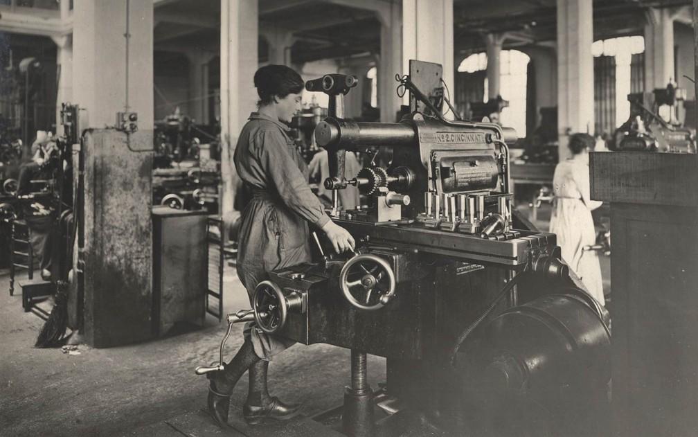 Mulheres trabalham em uma fábrica de munição na França, em 1916 — Foto: Reuters/Archive of Modern Conflict London