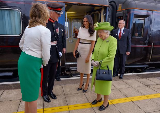 Meghan Markle e Rainha Elizabeth II vão juntas a Cheshire (Foto: Reprodução/Twitter)