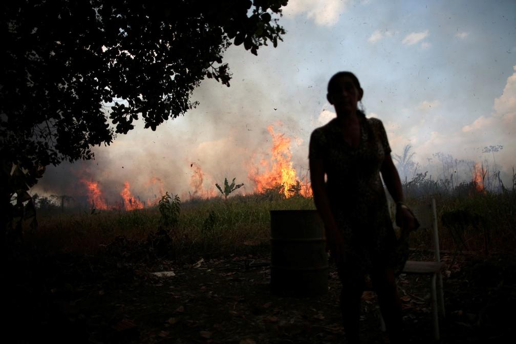 Incêndio na floresta amazônica se aproxima da casa de Miraceli de Oliveira, no interior de Rondônia — Foto: Ueslei Marcelino/Reuters