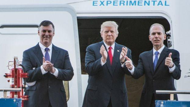 Dennis Muilenburg (à dir), CEO da Boeing, negociou pessoalmente com Trump a compra de novos aviões da frota Air Force One (Foto: Getty Images via BBC News Brasil)