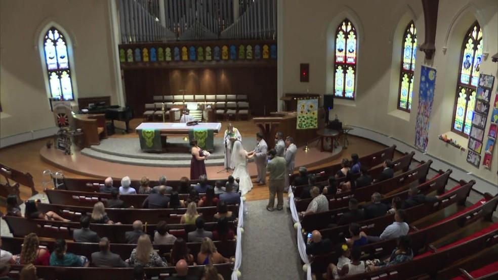 Amanda Flores disse que se casaria se conseguisse chegar caminhando até o altar (Foto: BBC)