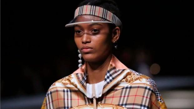 Modelo desfilando com roupas da Burberry  (Foto: Getty Images)