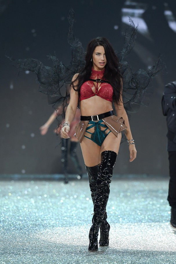 Adriana Lima desfila no Victoria's Secret Fashion Show  (Foto: GettyImages/Dimitrios Kambouris)