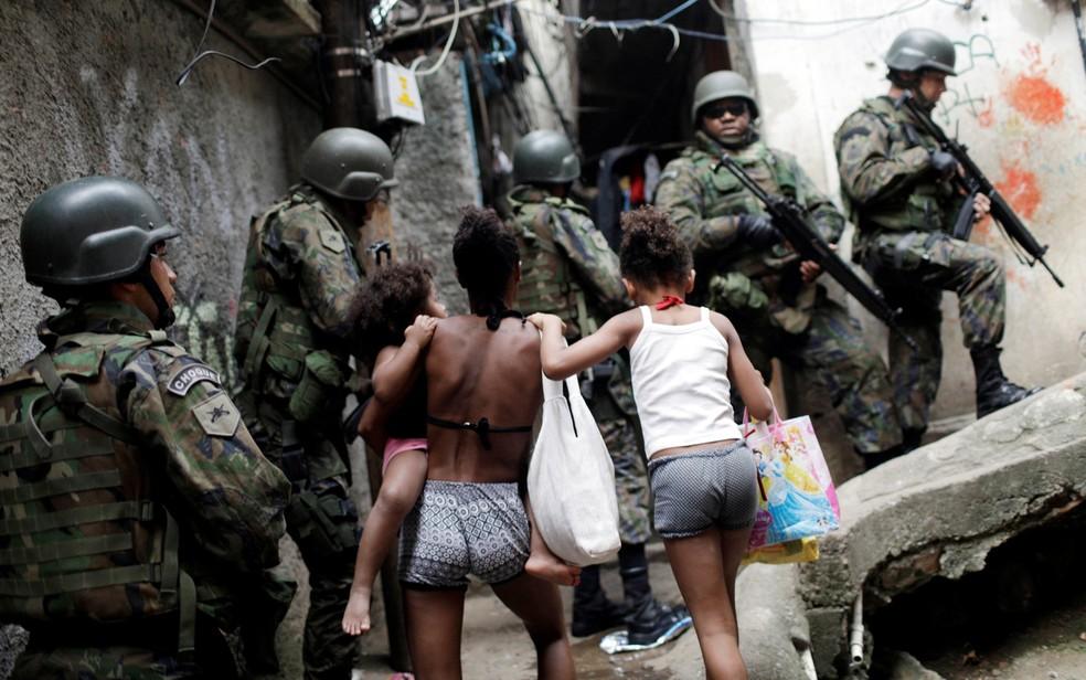 Ação do Exército na Rocinha apreende fuzis e deixa mortos