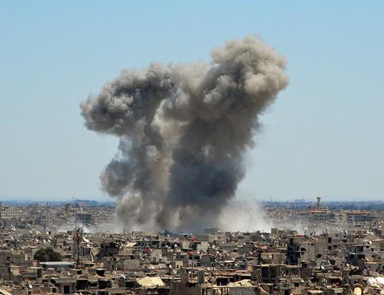 Fumaça proveniente de ataques em Yarmuk, um campo de refugiados palestinos nos arredores de Damasco (Foto: MAHER AL MOUNES/AFP GUERRA QUÍMICA)