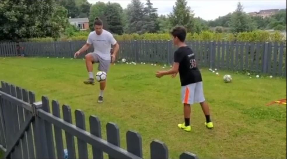 Cristiano Ronaldo treina como filho em casa — Foto: Reprodução/Instagram