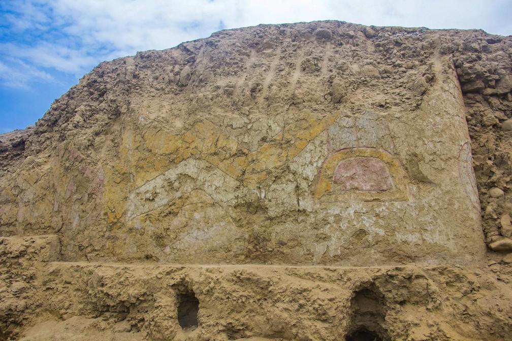 Arqueólogos descobrem mural feito há 3,2 mil anos no Peru — Foto: Andina/ AFP