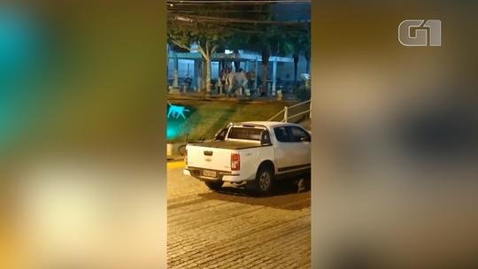 Boi invade lanchonetes e provoca correria em cidade do RJ; veja flagrante