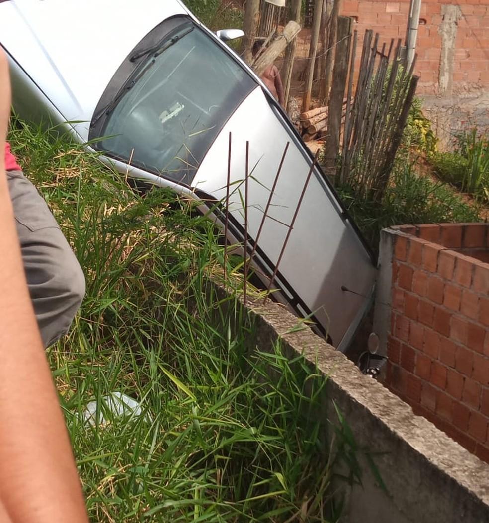 Carro ficou preso entre muros de residência em Valença — Foto: Redes Sociais