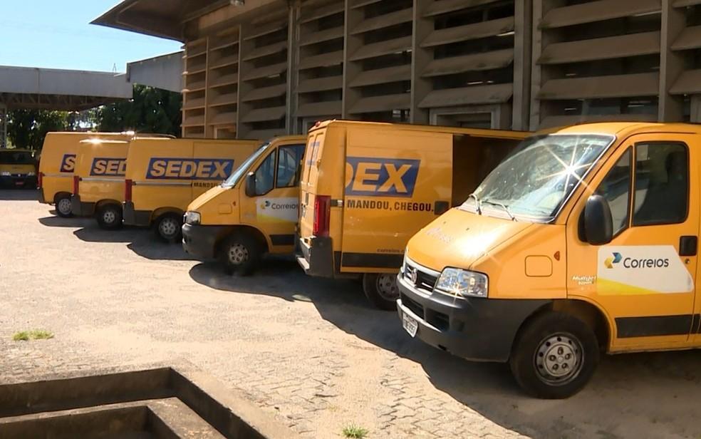 Carros que fazem entrega do Sedex dos Correios estacionadas no centro de distribuição, em Campinas — Foto: Reprodução / EPTV