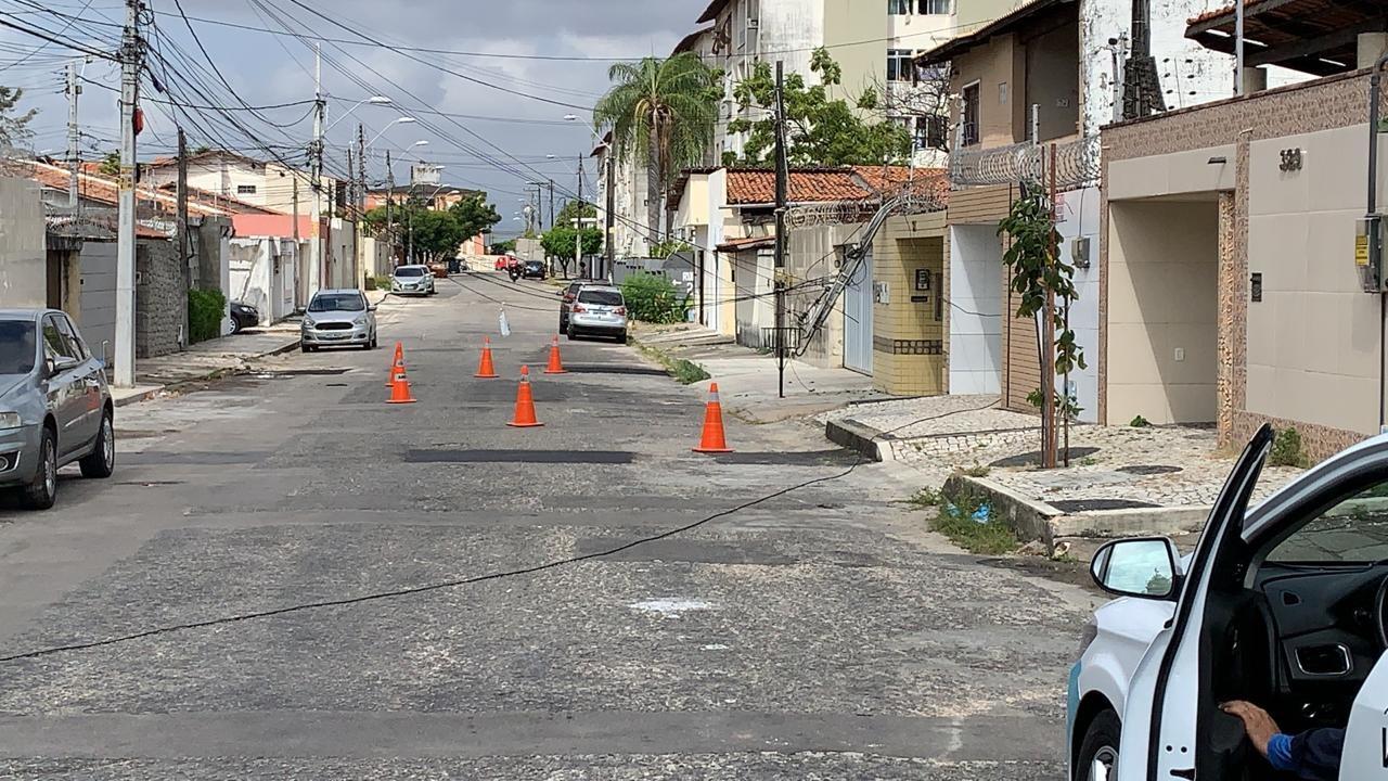 Caminhão-reboque arrasta fios e danifica poste de residência no Bairro Cidade dos Funcionários, em Fortaleza
