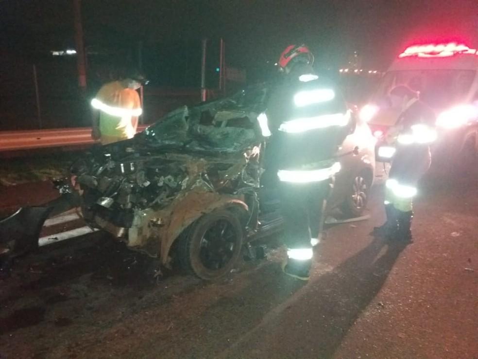 Veículo se envolve em acidente com caminhão de arroz em Avaré — Foto: Corpo de Bombeiros de avaré/Divulgação