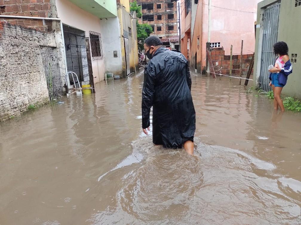 Moradores enfrentam alagamentos em Natal, após fortes chuvas — Foto: Lucas Cortez/Inter TV Cabugi