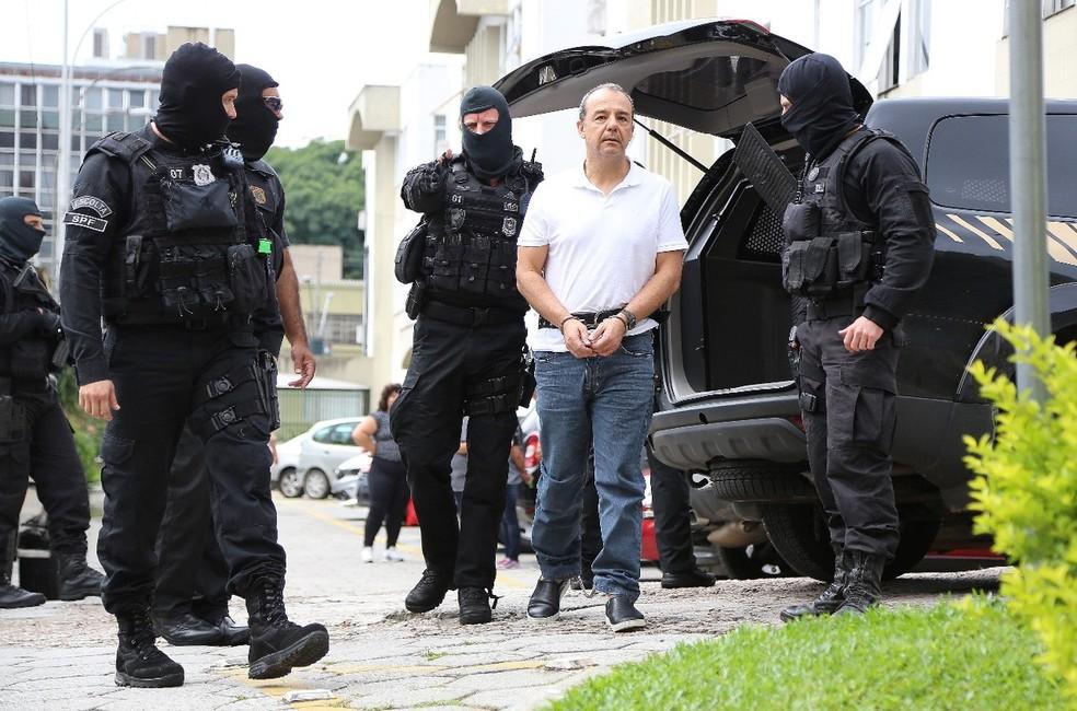 Sérgio Cabral, algemado, chega a Curitiba (PR) (Foto: Giuliano Gomes/PR Press)