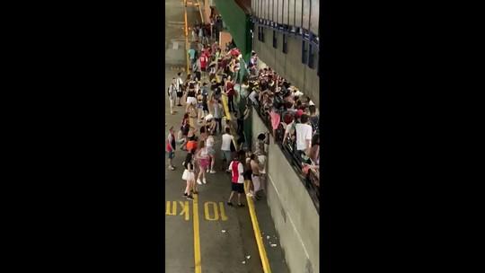 Fim do carnaval de rua em SP lota Estação Barra Funda do Metrô e CPTM; veja vídeos