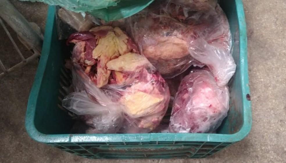 Carnes impróprias para consumo apreendidas em mercado de Ipioca, Maceió — Foto: Visa Maceió
