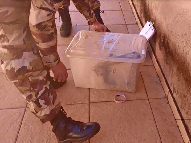 PM do Batalhão Ambiental faz captura de cobrada achada em máquina de lavar no DF (Fot João Bosco/Arquivo pessoal)