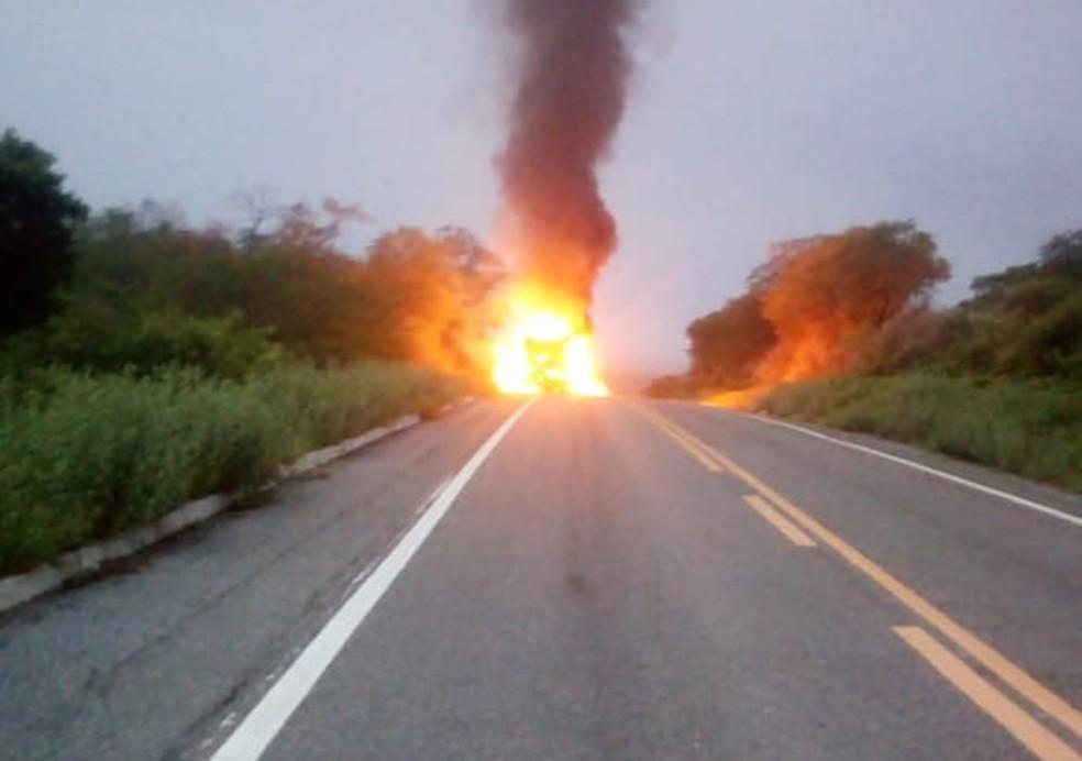 Incêndio aconteceu no início da manhã deste sábado (16) na BR-427 entre Caicó e Serra Negra do Norte  — Foto: Redes sociais