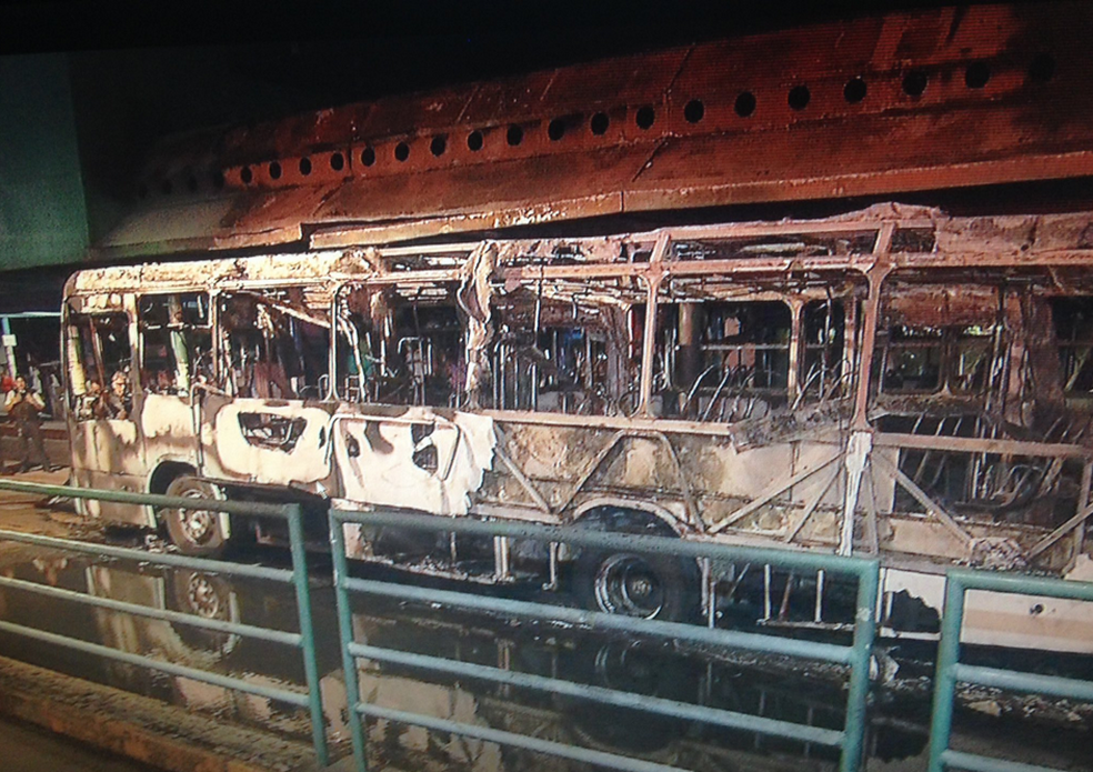 Um dos ônibus incendiados na noite deste sábado em Fortaleza. Coletivo foi atacado na Praça Coração de Jesus, no Centro. (Foto: Reprodução/TV Verdes Mares)