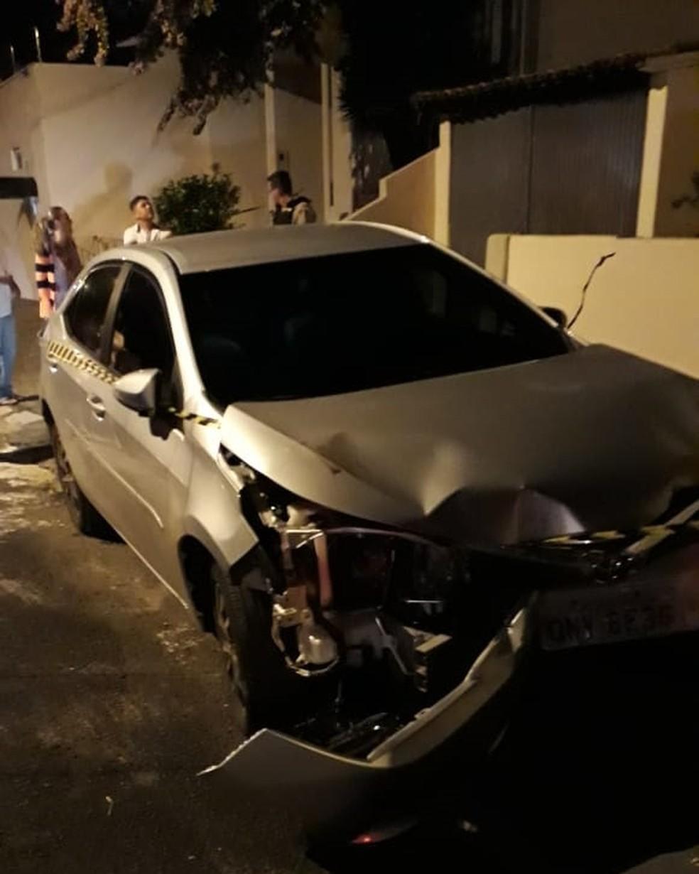Empresário colidiu carro em duas casas antes de assassinar esposa a facadas em Araguari — Foto: Corpo de Bombeiros/Divulgação