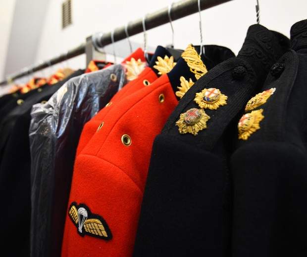 LONDON, ENGLAND - MAY 09:  Uniform jackets in the Full Dress store during a preview to see The Household Cavalry Mounted Regiment preparations for the forthcoming Royal Wedding at Hyde Park Barracks on May 9, 2018 in London, England. (Photo by Kirsty O'Co (Foto: Getty Images)