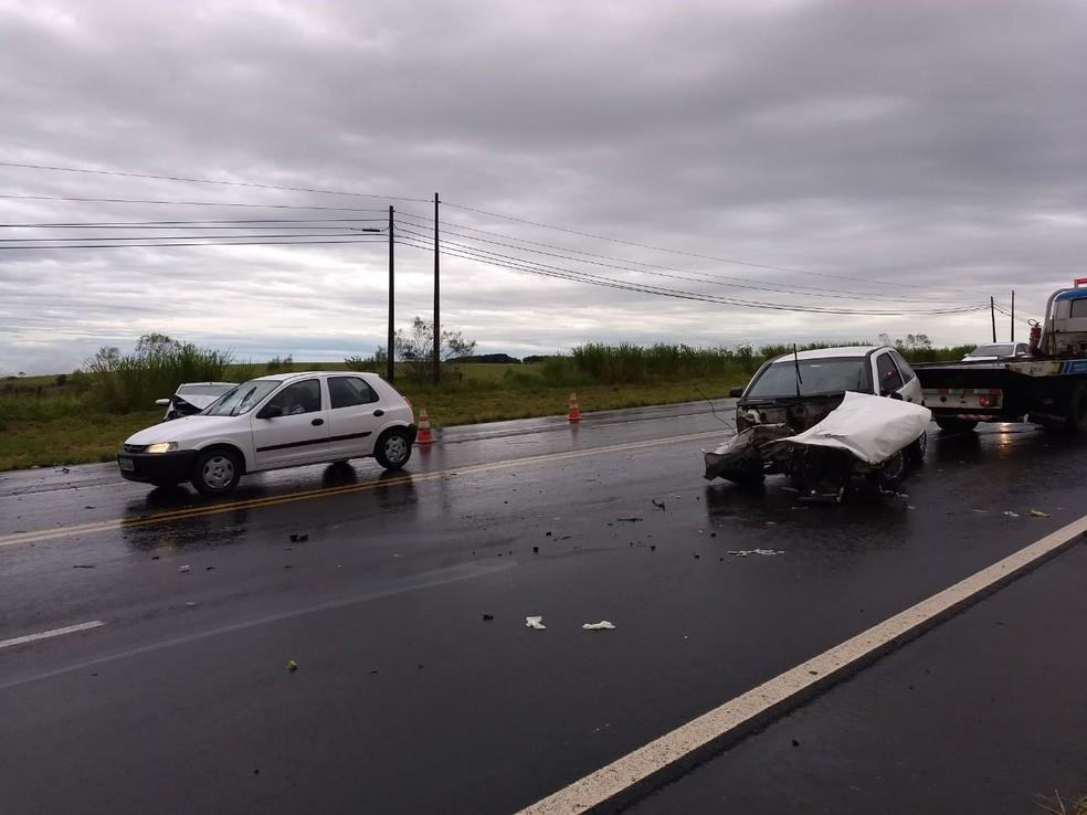 Acidente envolveu quatro veículos e quatro pessoas ficaram feridas  (Foto: Corpo de Bombeiros / Divulgação )